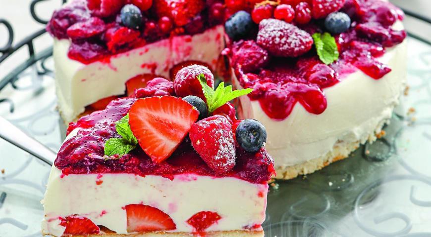 Рецепт Бисквит со сливочным желе и ягодами