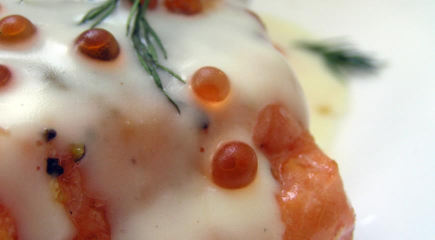 Рецепт Форель под сливочным соусом с икрой