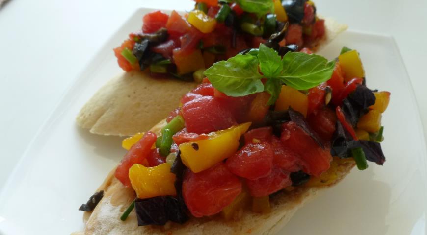 Рецепт Брускетта с томатами, перцем, маслинами и базиликом
