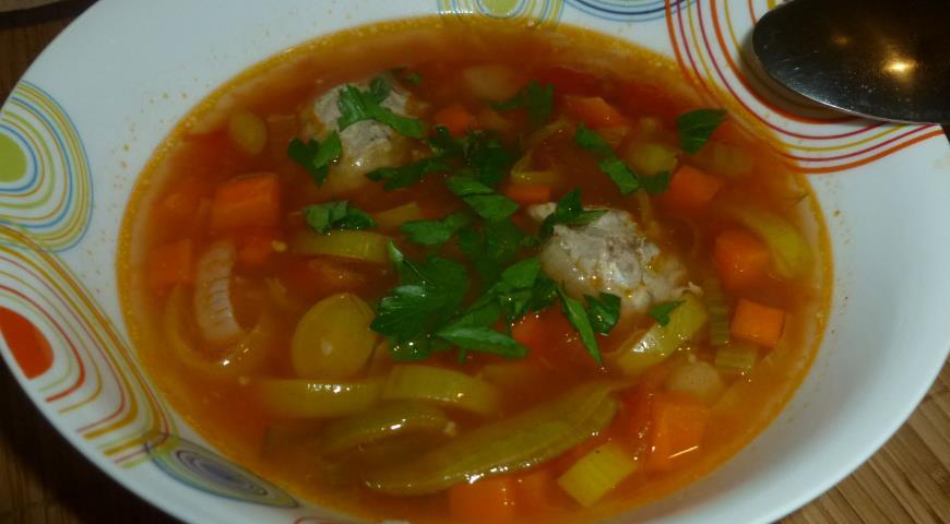 Рецепт Томатный суп с фрикадельками и пореем