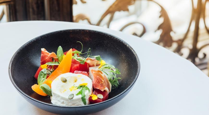 Рецепт Пармская ветчина с творожным муссом, арбузным желе, дыней и тайским сиропом