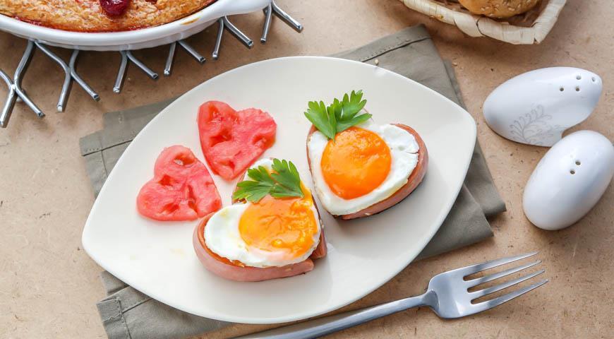 Рецепт Романтический завтрак яичница с сосиской