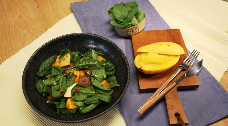 Рецепт Cалат с жареной говядиной и манго