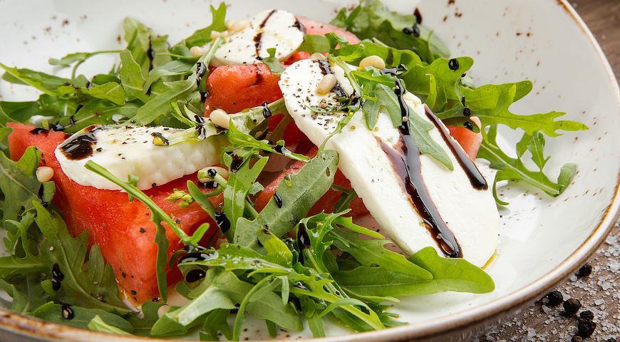 Рецепт Салат с арбузом и моцареллой