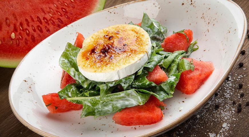 Рецепт Салат из арбуза, шпината и сыра бри
