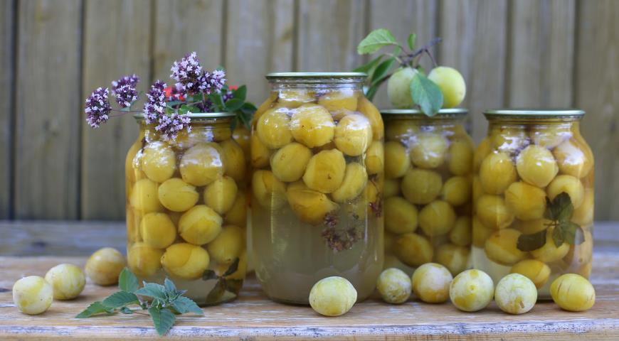 Рецепт Желтые сливы консервированные с травами