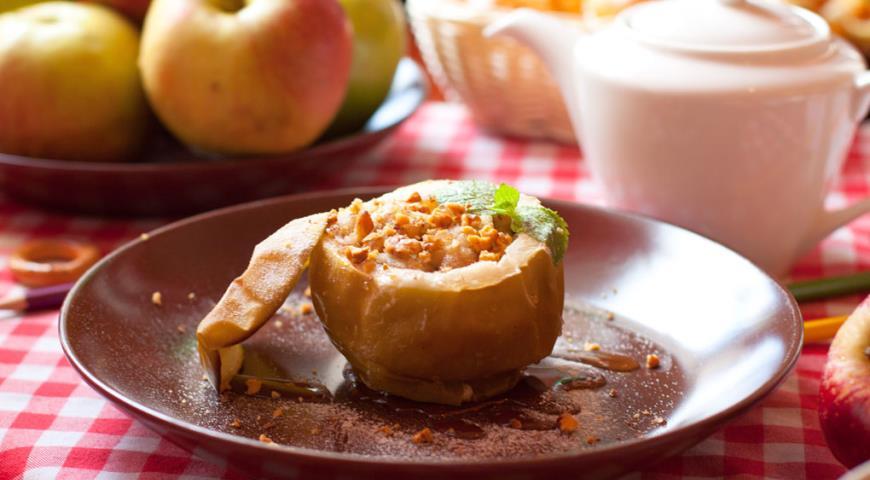 Рецепт Запеченное яблоко с мёдом, орехами и изюмом