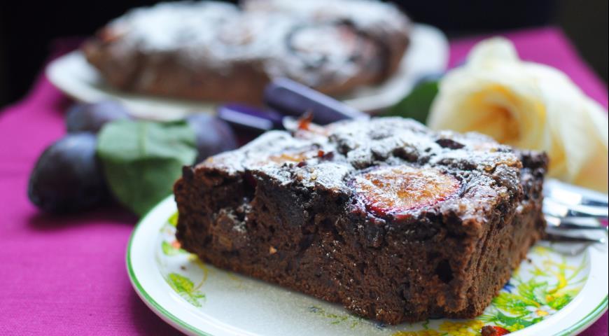 Рецепт Шоколадная шарлотка со сливой