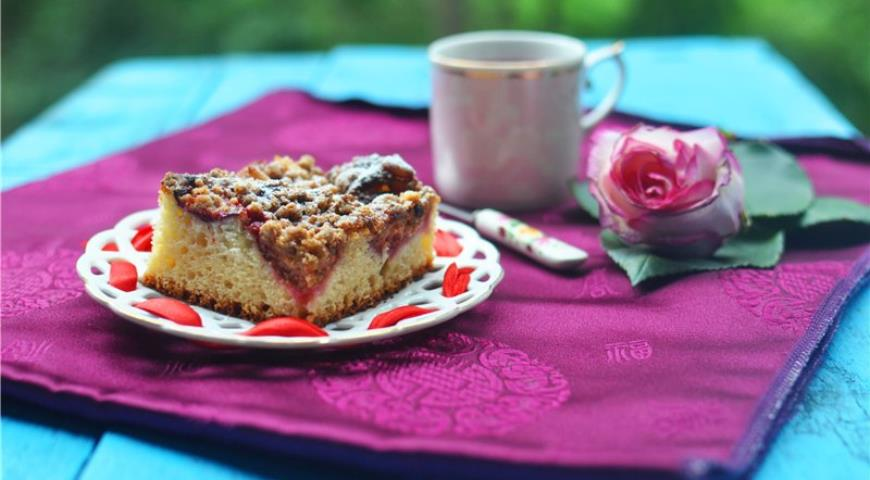 Рецепт Дрожжевая сливовая шарлотка со штрейзелем
