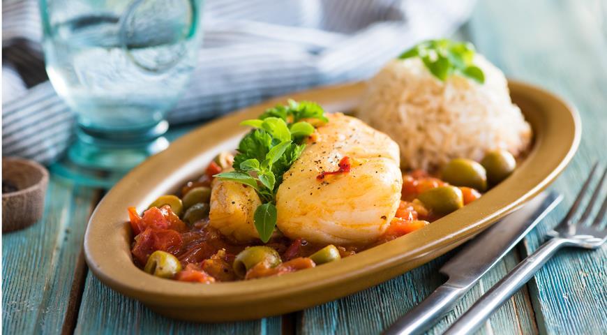 Рецепт Стейки трески в томатном соусе с имбирем и оливками