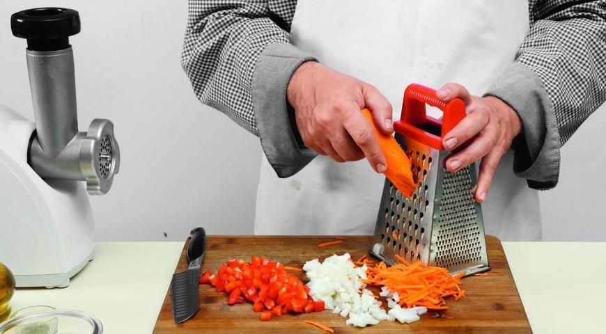 Подготавливаем овощи для голубцов