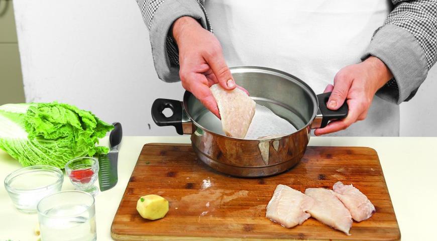 Фото приготовления рецепта: Морской окунь на пару сострым соусом, шаг №2