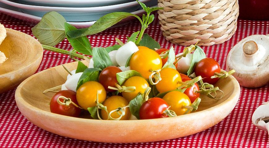 Рецепт Мини-моцарелла и помидоры черри с листочками базилика