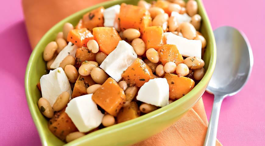 Рецепт Салат из фасоли с тыквой и козьим сыром