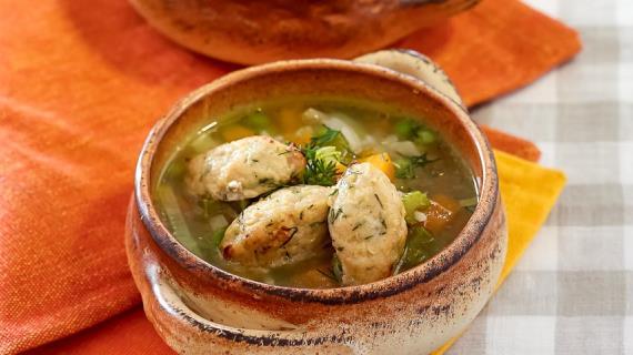Овощной суп с рисом и кнелями из курицы