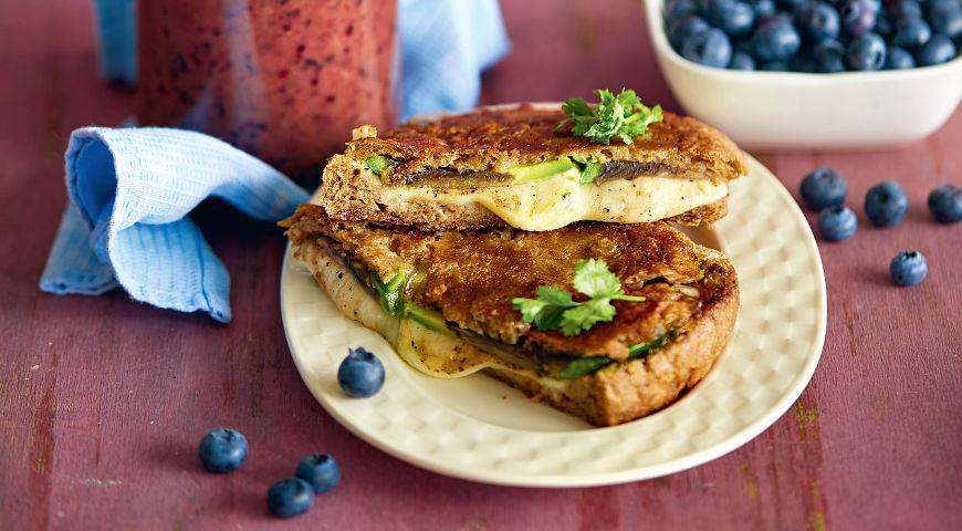 Рецепт Сэндвич с сыром, авокадо и гранатом