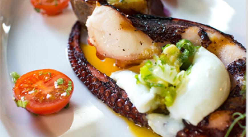 Рецепт Салат из осьминога с печеным картофелем и сыром бри