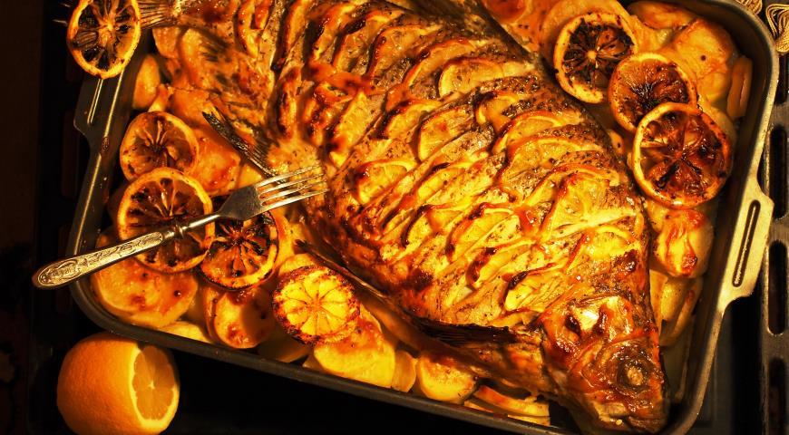 Рецепт Золотой лещ, запеченный в духовке с картофелем и лимоном