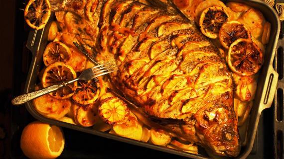 Золотой лещ, запеченный в духовке с картофелем и лимоном