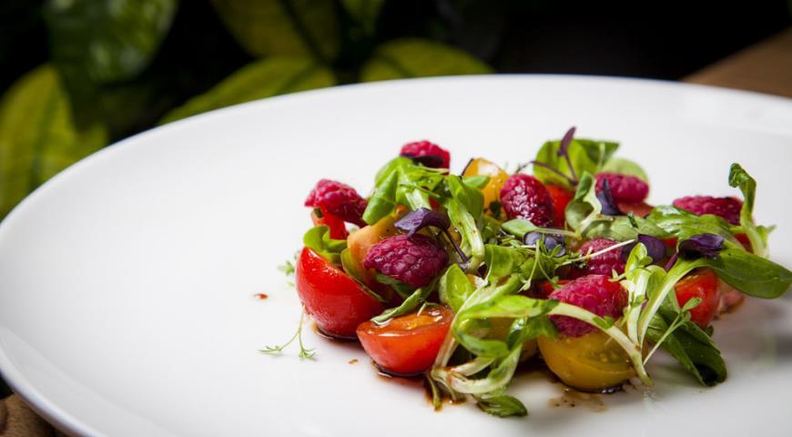 Рецепт Салат из трех видов томатов и свежей малины