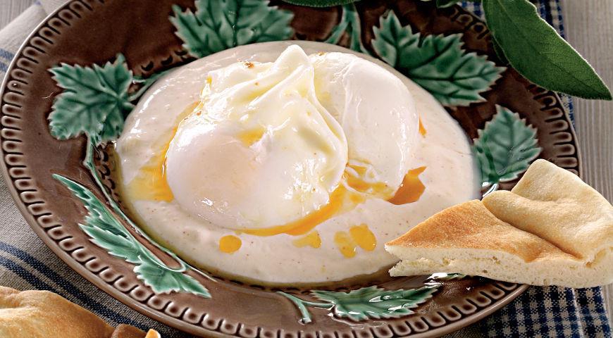 Рецепт Яйца-пашот по-турецки, с йогуртом и шалфейным маслом
