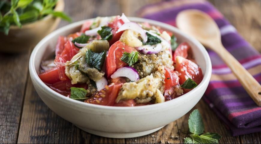 Рецепт Салат из печеных баклажанов и свежих помидоров