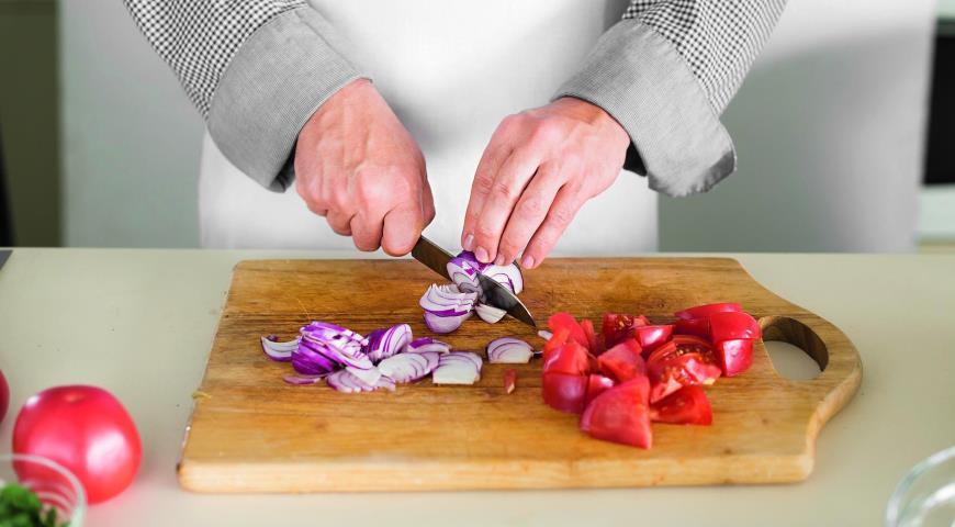 Салат из печеных баклажанов и свежих помидоров. Шаг 5
