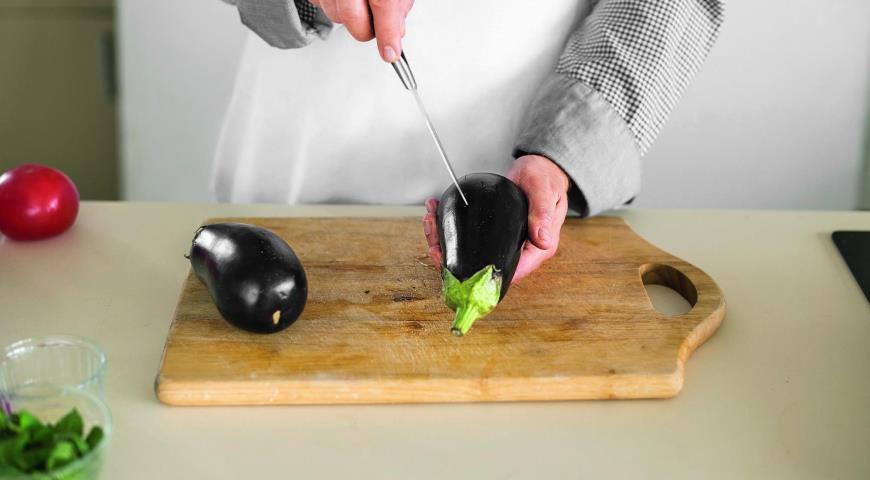 Салат из печеных баклажанов и свежих помидоров. Шаг 2