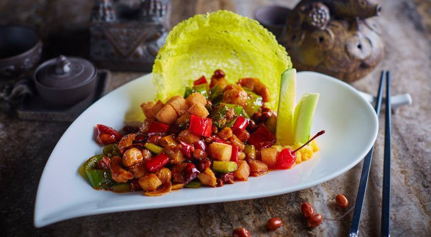 Рецепт Жареные куриные кубики в стиле Гунбао с огурцами и орехами