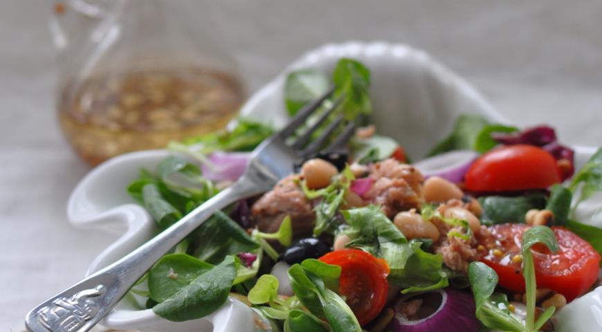 Рецепт Салат с томатами, тунцом и фасолью под французской заправкой