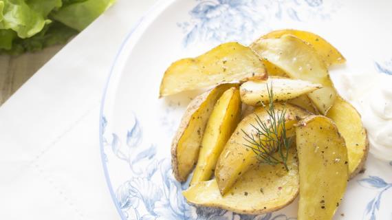 Пряные картофельные дольки с оливковым маслом и сметаной