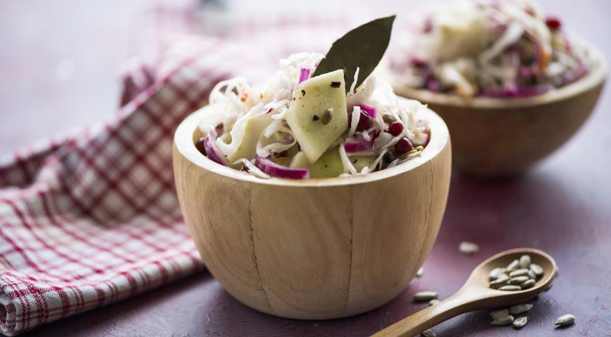 Рецепт Салат из квашеной капусты с маринованными луком и брусникой