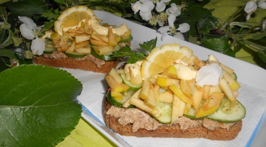 Рецепт Салат с тунцом на тостах