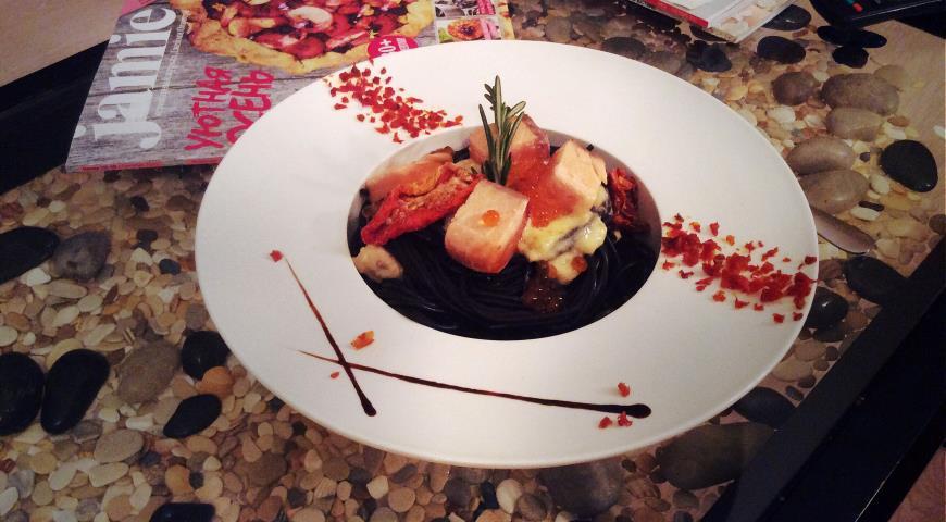 Рецепт Черная паста в сливочном соусе с лососем и красной икрой