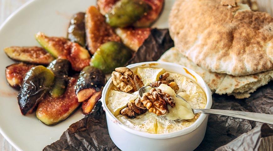 Рецепт Запеченный камамбер с жареным инжиром