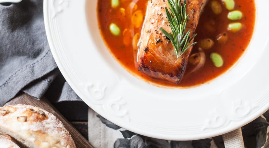 Запечений лосось в томатах