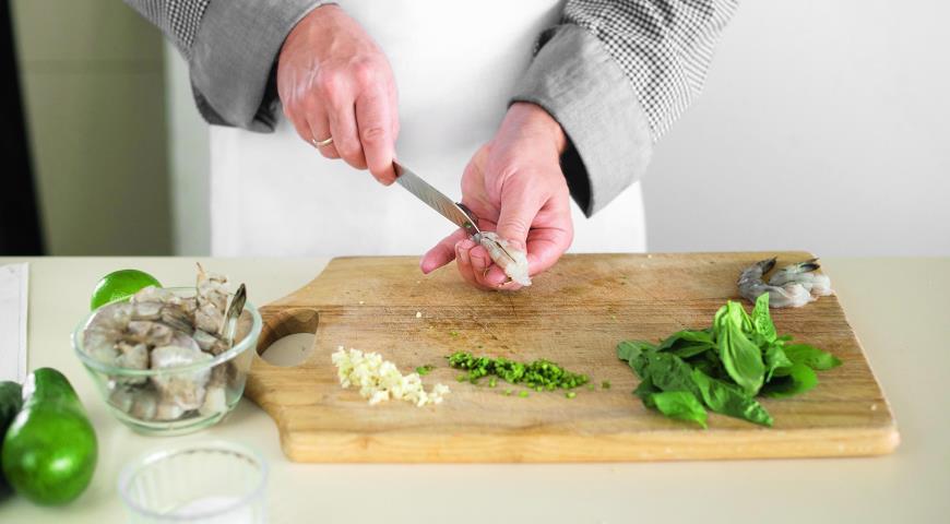 Салат из авокадо с креветками и огурцами. Шаг 2