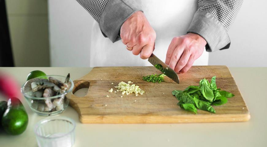 Салат из авокадо с креветками и огурцами. Шаг 1
