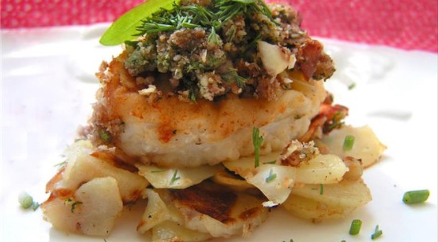 Рецепт Рыбные медальоны под ореховым крамблем на хрустящей картофельной подушке