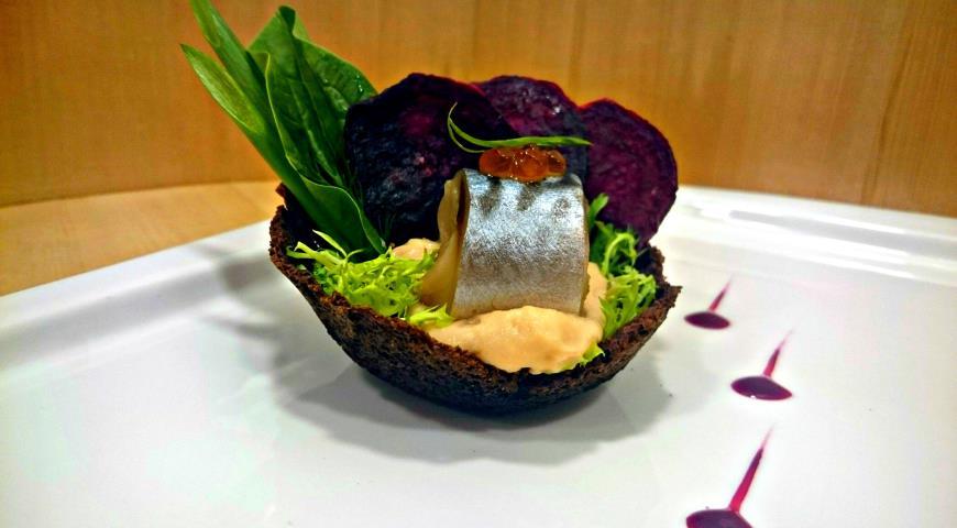 Рецепт Скумбрия слабосоленая с кремом из копченого кижуча и свекольными чипсами