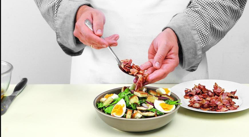 Салат из шпината с теплой заправкой из бекона. Шаг 6)
