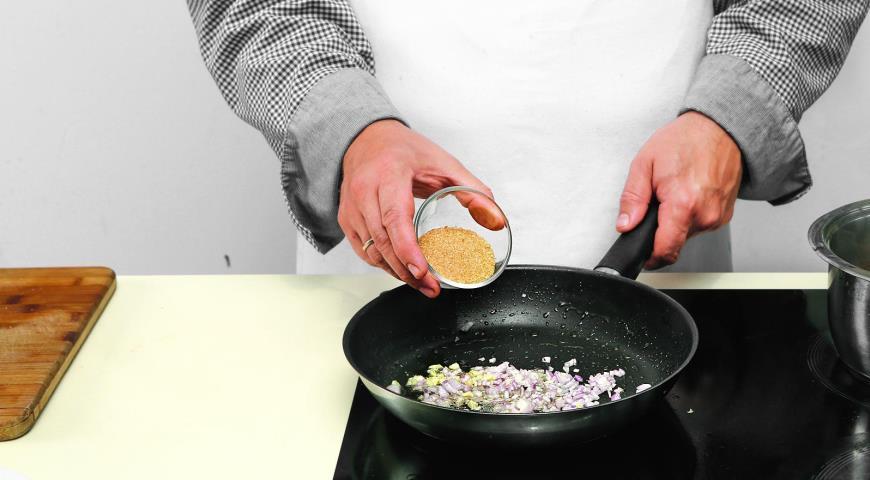 Салат из шпината с теплой заправкой из бекона. Шаг 2)