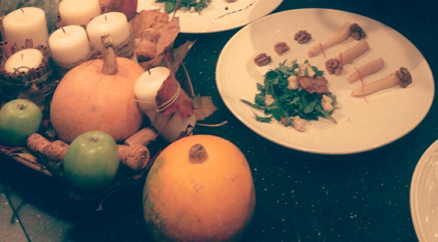Рецепт Салат с карамелизованной грушей, рукколой и голубым сыром