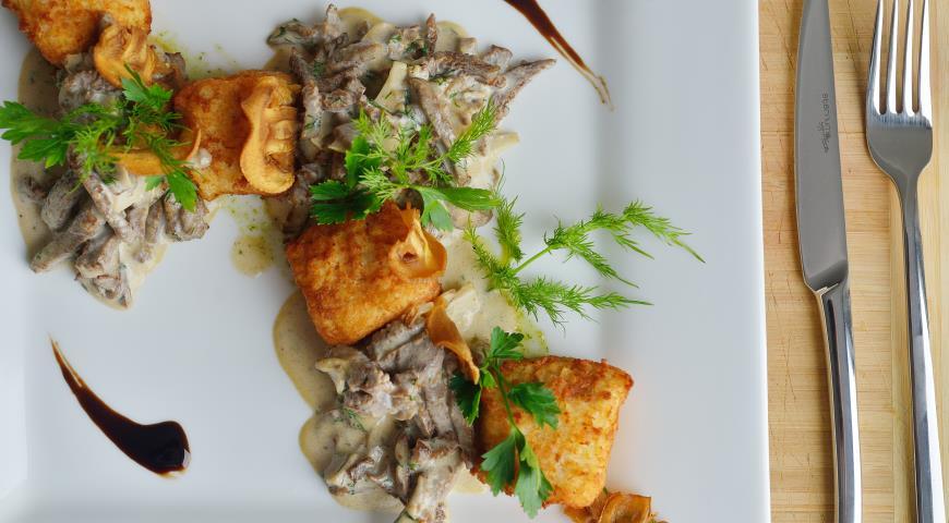 Рецепт Бефстроганов с картофельными кубами и чипсами из шампиньонов
