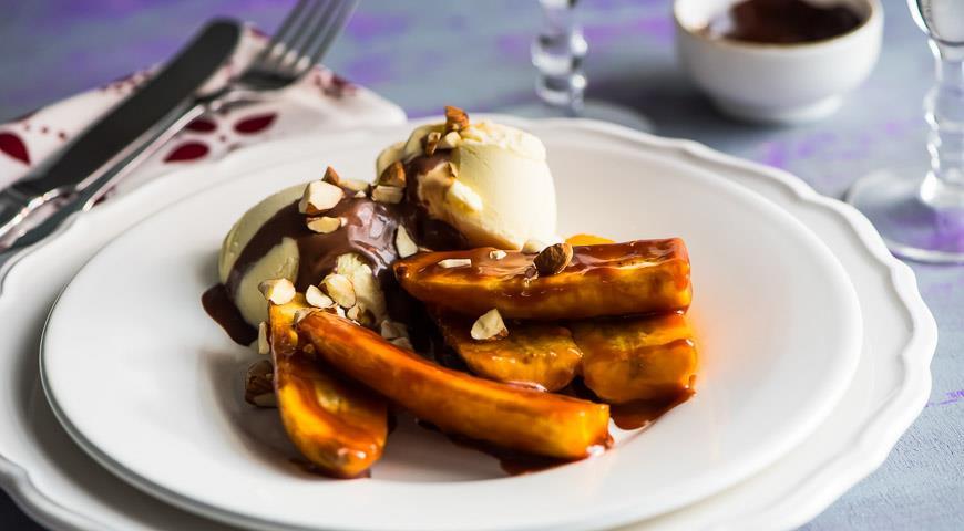 Рецепт Карамелизованные бананы с мороженым, шоколадным соусом и фундуком