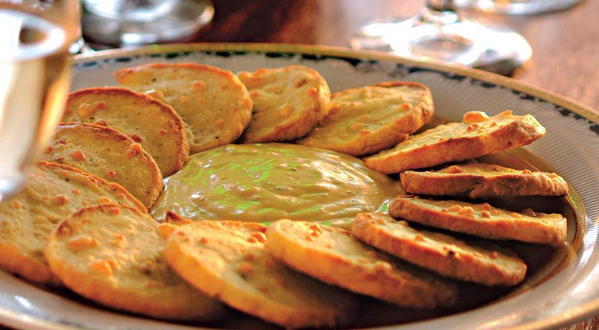 Французские крекеры с соусом из голубого сыра, пошаговый рецепт с фото