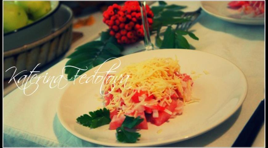 Рецепт Салат из крабового мяса, томатов и сыра
