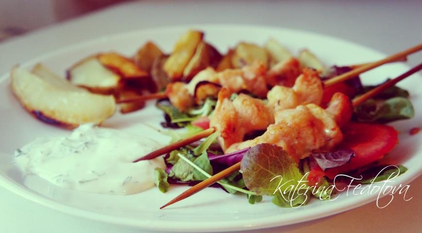 Рецепт Сувлаки по-русски с запеченным картофелем и сметанным дипом