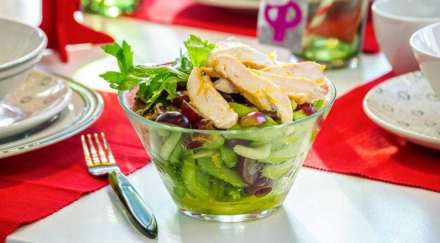 Рецепт Салат с сельдереем, курицей, орехами и виноградом