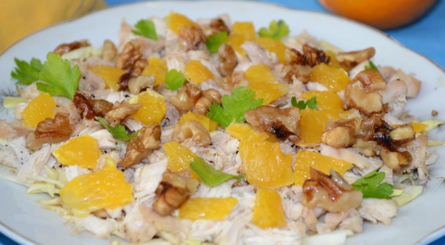 Рецепт Салат с курицей, апельсином и карамелизированными орехами